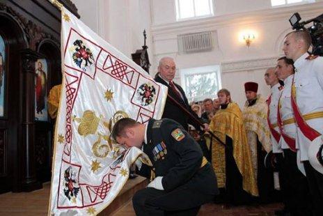 Сумські кадети цілують прапор Російської Імперії
