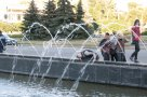 Охлаждающий источник. Раньше фонтан на площади Независимости охлаждал помещения властей, сегодня всего лишь утоляет жажду прохожих.