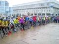 Подождем под дождем. Слушать приветственные речи сумчан участникам велоэстафеты пришлось не в лучших погодных условиях.