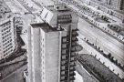 Сумской архитектуре посвящена хвалебная статья. На первом плане— гордость сумских архитекторов, одна из высоток с магазином «Товары Сумщины» в основании.