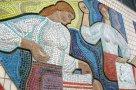 Фасад здания на центральной площади Кролевца украшает огромная мозаика, состоящая из нескольких сюжетов. Этот посвящен знаменитым кролевецким «рушникам», которых, увы, больше не выпускают.
