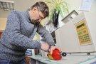 Инженер Сергей Русаков проверял газ в лаборатории на хроматографе.