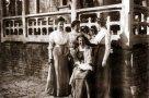 Сестры Солецкие и их мать (сидит) у своего дома. Крыльцо, возможно, то же, которое сохранилось на ул. Троицкая, 14. Фото начала XX в.