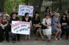 Тогда они им поверили... В мае чиновинкам удалось уговорить родителей свернуть протест под предлогом того, что они подселят админцентр в школу лишь до 1 октября.