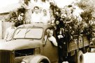 Свадебный кортеж на улицах города. Фото 1958 г.