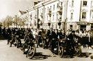 Городские мотоциклисты-любители на первомайской демонстрации. Фото 1961 г.