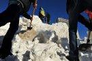 Сумчане рьяно взялись за снег на пл.Независиомсти, используя его для блокирования облгосадминистрации.