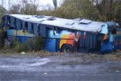 Так выглядел автобус, когда его с помощью крана поставили на колеса.