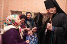 Епископ Евлогий вручил жилицам церковного дома престарелых подарки.