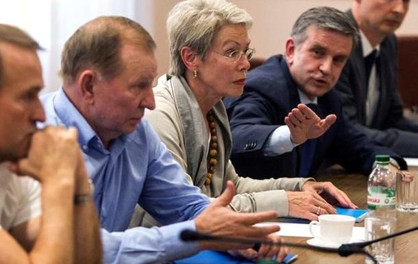 Остановить войну - Порошенко проводит трехсторонние переговоры