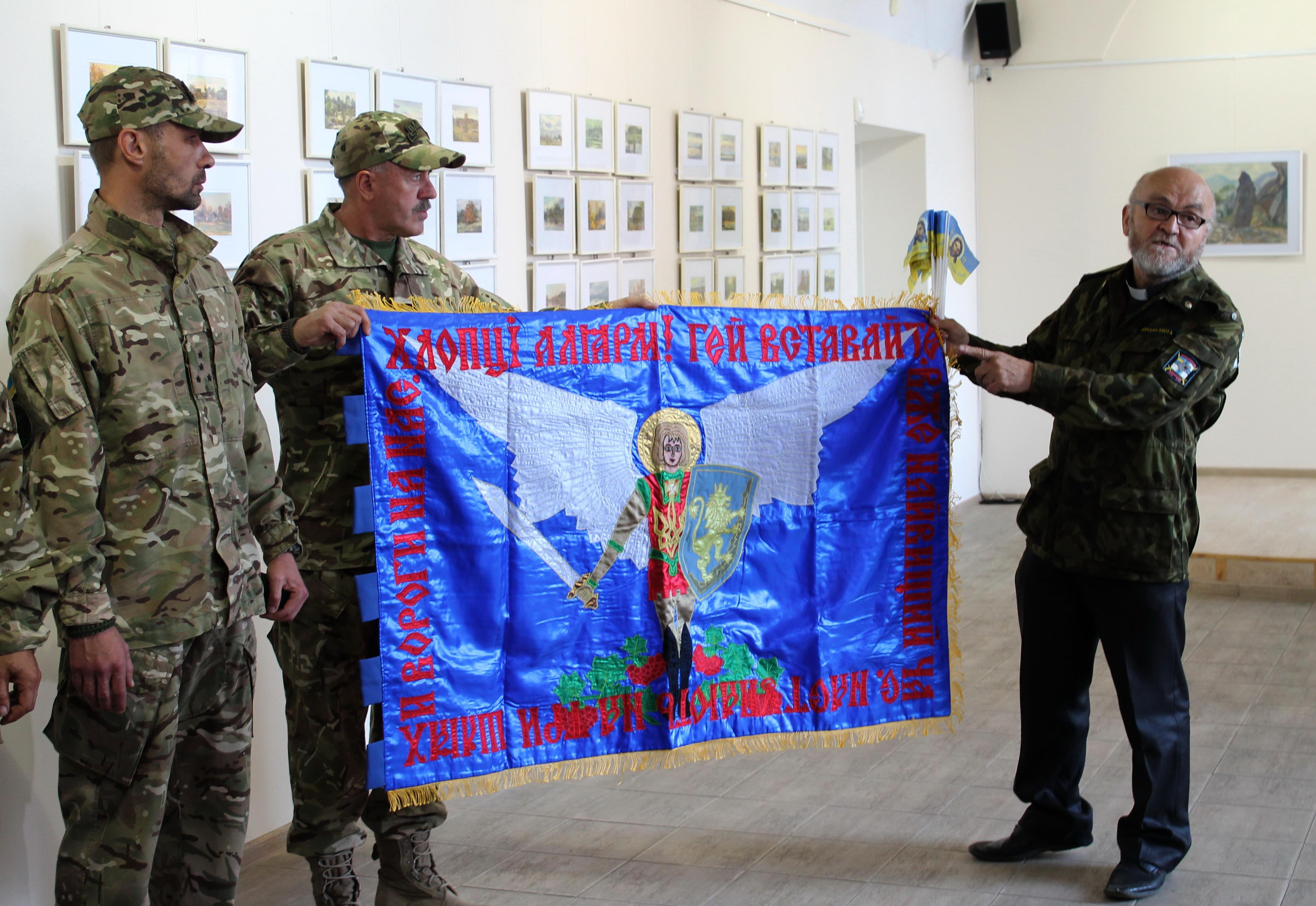 У сумского батальона появилось знамя от каппелана