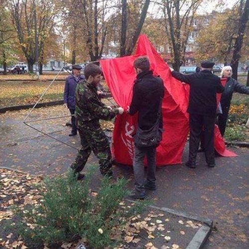 Выборы-выборы! На Сумщине кандидат от Радикальной партии напал на агитационную палатку коммунистов