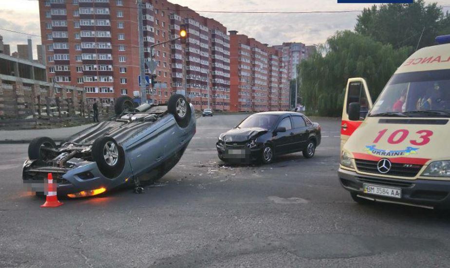 У Сумах під час ДТП перекинулося авто: двоє травмованих